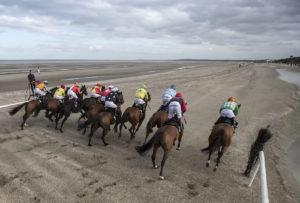 Laytown Races02 300x203 해외 이색 경마장! 아일랜드 레이타운 해변 백사장 경마대회
