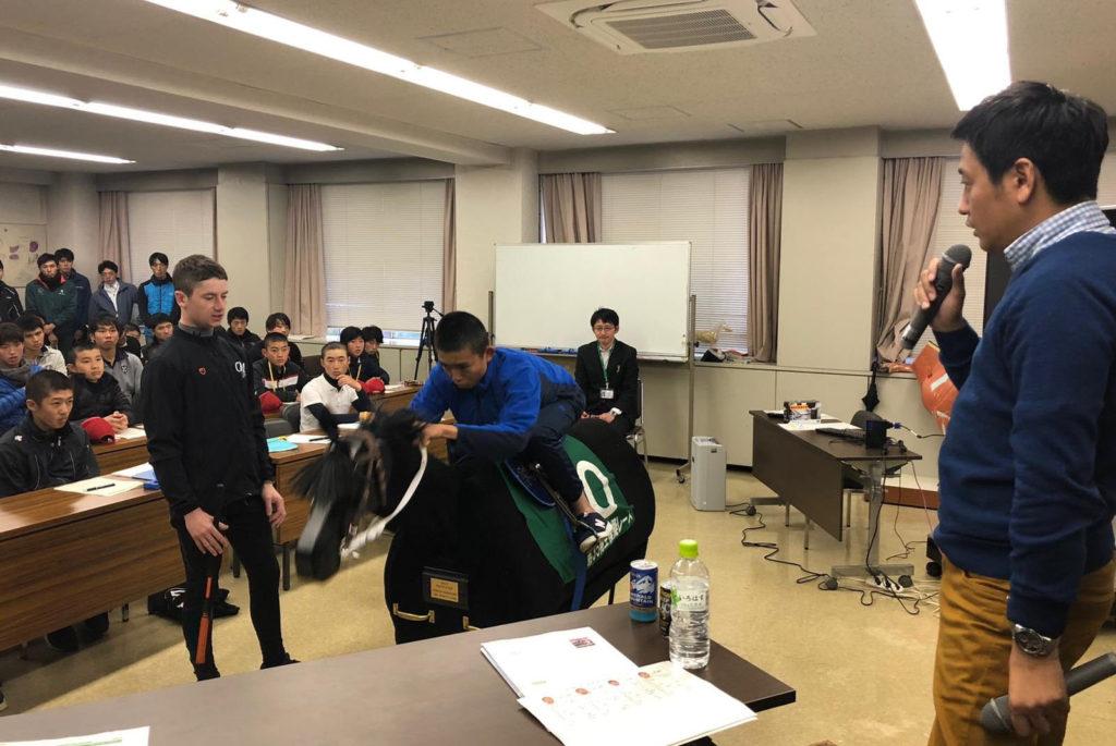 경마 기승술 1024x685 일본 재팬컵 우승 오이신머피 기수 JRA 경마학교에서 라이딩 기승술 강의
