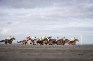 Laytown Races03 300x198 해외 이색 경마장! 아일랜드 레이타운 해변 백사장 경마대회