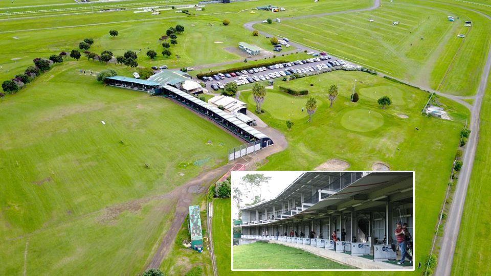 Ellerslie Golf Driving Range 뉴질랜드 경마장 스티플체이스 경주중 주로에 골퍼 출현! 기수 4명 낙마